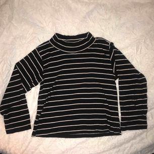 Härlig randig tröja från Beyond Retro med lite högre krage 🧚🏼♀️frakt tillkommer