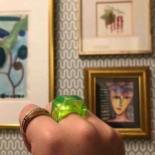 Rolig grön ring, köpt för  99 i england. Frakten ingår i priset✨