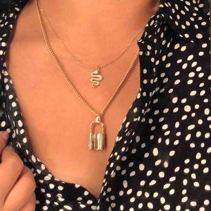 superfin blus från h&m som kan stylas på många sätt, själv gillar jag att knäppa upp skjortan och styla tillsammans med smycken ⭐️⚡️ säljes pga att jag knappt använder!