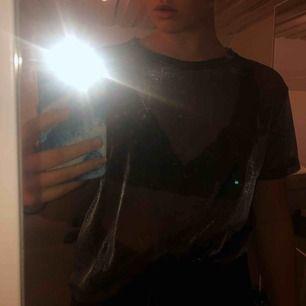 Säljer denna oversized mellatica glittriga mesh tröja. Ett pyttelitet hål finns i underkanten men det syns inte när man har på sig tröjan.