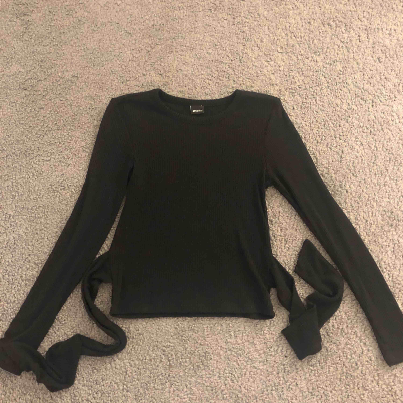 Supersnygg tröja ifrån ginatricot, med snygg knytdetalj där man kan välja om man knyter fram eller bak. Kan frakta men köpare står för fraktkostnad. Tröjor & Koftor.