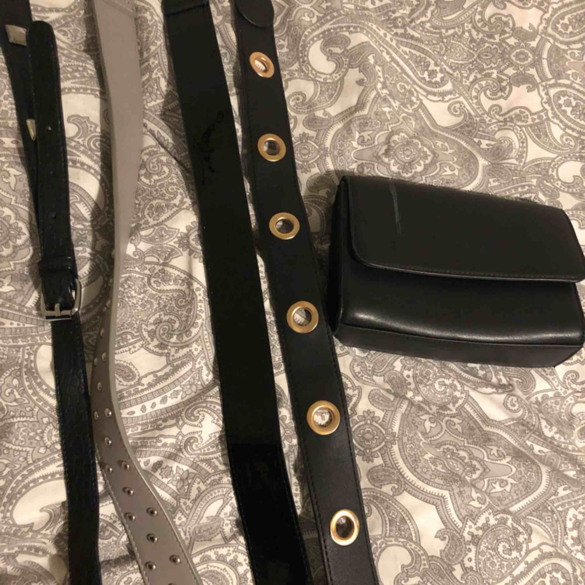 4 st olika väskband med tillhörande väska!  Väskan har en liten skråma på därav billigt pris. Den borde gå att täcka över med svart penna eller så 💖💖💖  50 kr/ st annars kan man köpa allt tillsammans för 200 kr!! ❤️. Väskor.