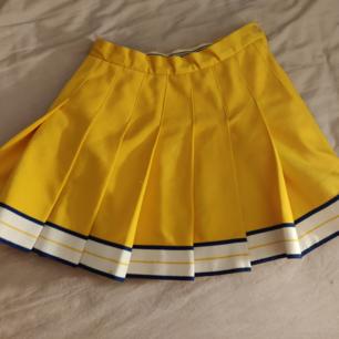 Riktig cheerleading kjol köpt på beyond retro för 2 år sedan, använd av mig kanske typ 6 gånger? Toppen kvalitet och tjockt tyg. Står storlek 7 och skulle säga att den är runt en 36/38.  Kan mötas upp i Stockholm, annars betalar köparen för frakt. Tar Swish och kontanter.~