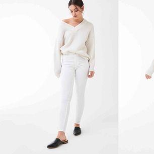 Vita högmidjade Molly-jeans från gina. Använda en gång. Frakt tillkommer.