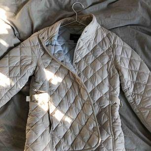 Gant jacka, använd fåtal gånger. Mycket fin och härlig höstjacka. Frakt tillkommer🌸