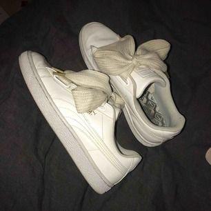 Vita sneakers från Puma med breda snören. De går att tvätta för att få de ännu renare men har inte hunnit göra det än. Storlek 38 - 200kr