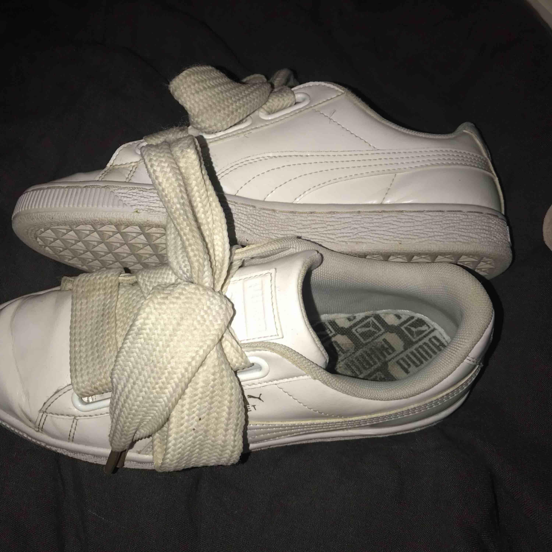 Vita sneakers från Puma med breda snören. De går att tvätta för att få de ännu renare men har inte hunnit göra det än. Storlek 38 - 200kr. Skor.