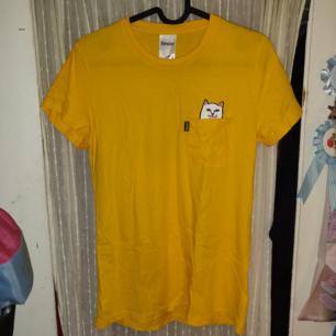Den klassiska Rip N Dip t-shirten, endast provad så helt ny! Nypris är typ 350 kr.  Möts upp i Stockholm annars står köparen för frakt (36 kr) Tar både Swish och kontanter.✨