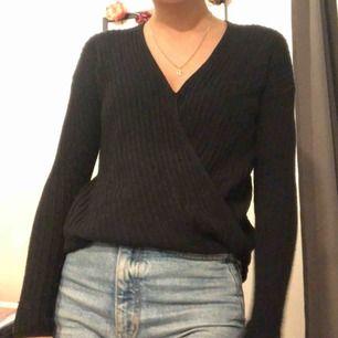 Stickad omlott-tröja från Hollister. Superfint skick och i stort sätt oanvänd!