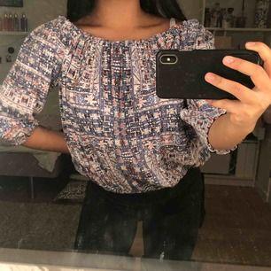 superfin mönstrad stretchiga blus/tröja från bibok. köpt för längesedan och använd fåtal gånger 🤩 frakt tillkommer!!