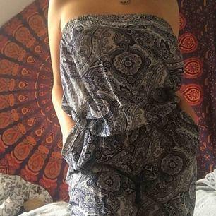 Strapless jumpsuit med mandala mönster!   Jättebekväm och passande till sommaren  Köpt i Italien, knappt använd   Står ingen storlek men den är nästan som en onesize (kan tänka mig att den passar både S,M & L)