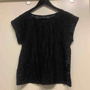 •svart halvtransparent T-shirt med mönster •nyskick