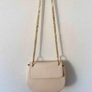 Beige fin väska med guldkedja.  Knappt använd.