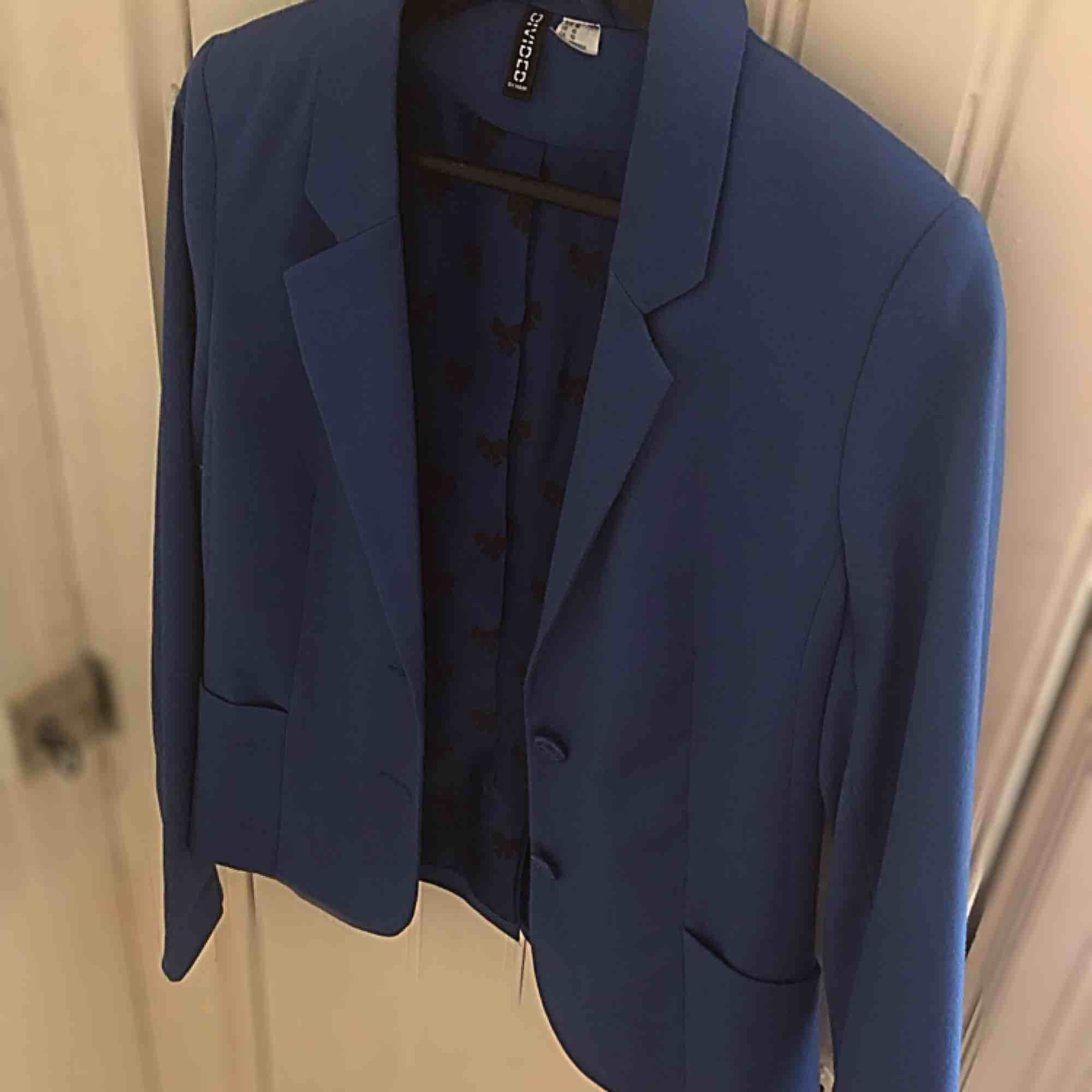 Blå kostymjacka i fin passform. Som helt ny, aldrig använt 💙. Kostymer.