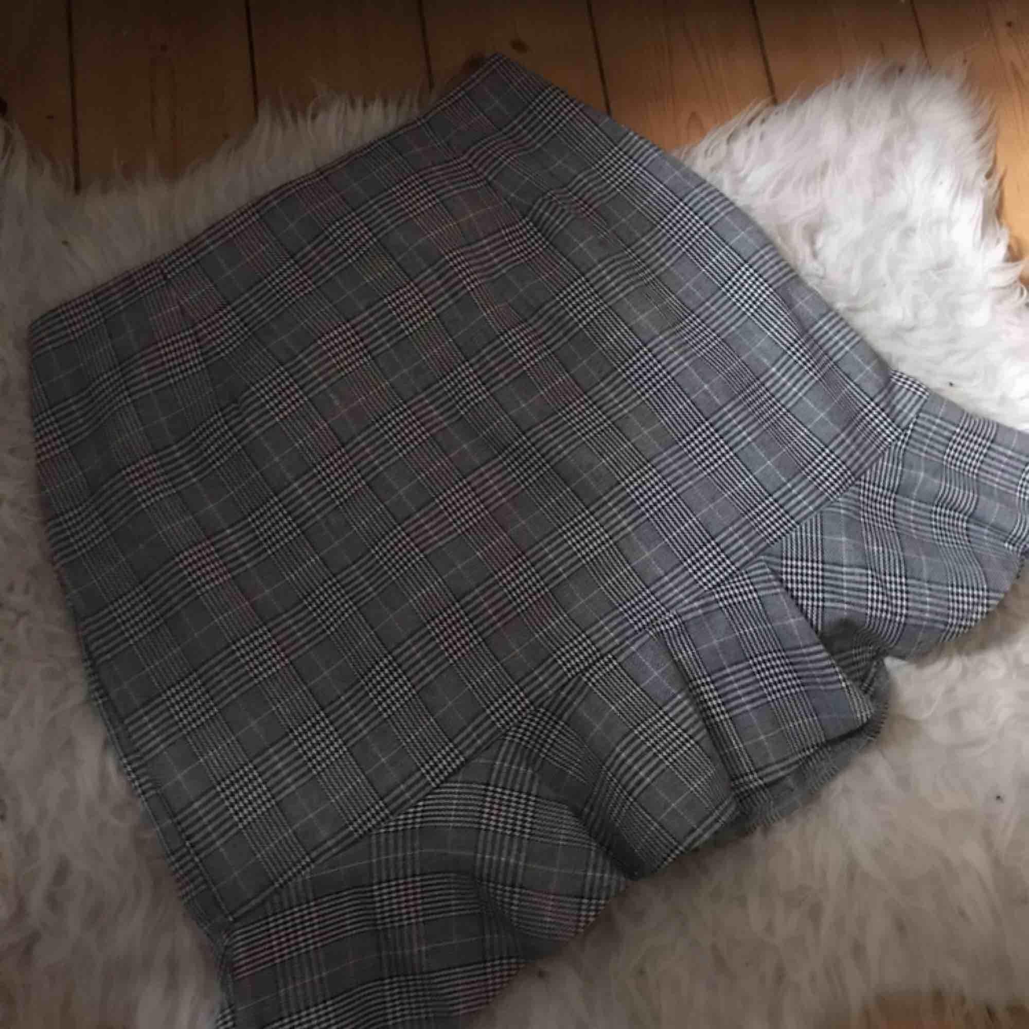 Väldigt söt och klassisk kjol ❣️ Grå, svart och vit rutig! Aldrig använd pga lite stor på mig💔 Så den är precis som ny!! . Kjolar.