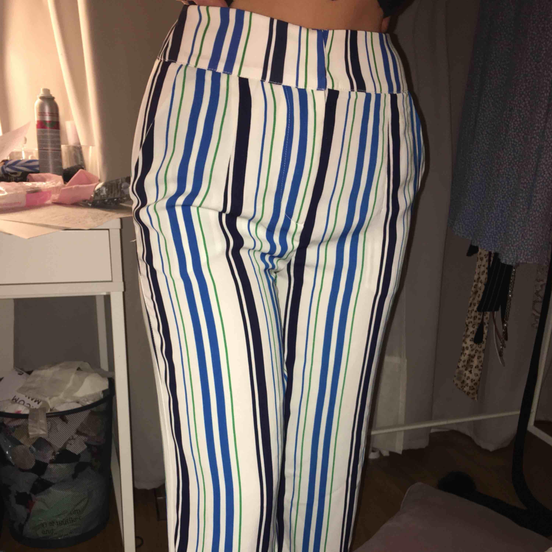 Jätte snygga byxor som är lite för stora för mig, aldrig använda. Köparn står för frakten <3 från bikbok . Jeans & Byxor.