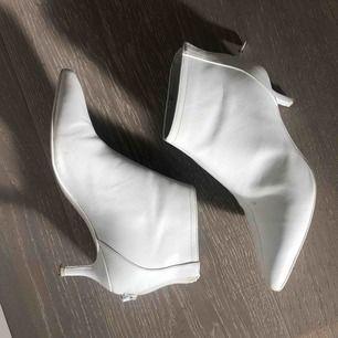Taxklackar vita i läder från Mango i perfekt skick!