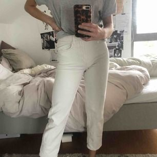 Jeans från Lindex, vita och straight modell, croppad modell på mig. Jag är 167! Priset är INKLUSIVE frakt!!!! 😍👍🏽