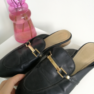 Svarta loafers I fake-lether med spänne fram. Superanvändbara, men har så många 🙈 lite slitna framme i tån, därav priset, dock syns det inte tycker jag 🌼