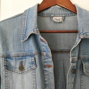 Vintage-jeansjacka, ganska tunn och snygg på.  Är själv 165 och går ej över hela rumpan.