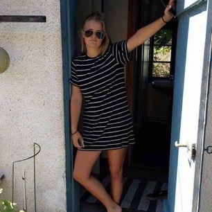 Marinblå vit-randig t-shirtklänning från hm. Sjukt skön, säljer pga för liten för mig (därav gammal bild) :(