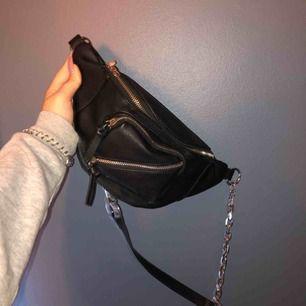 En magväska med kedja från berskha ! Dragkedjan har tappat ena bandet men funkar fortfarande lika bra! Säljer då den inte är min stil längre. Fraktar men kan också mötas upp i Gbg 🥰
