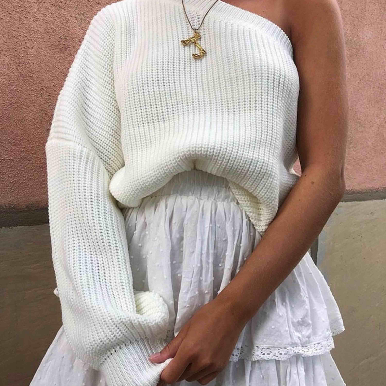 Säljer både tröjan och kjolen på bilden Båda oanvända 250kr för kjolen 300kr för tröjan :) Tröjan ONESIZE  Kjolen M - passar S. Övrigt.