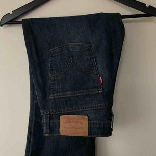 Vintage Levi's bootcut-jeans! I superfint skick, känns nästan som nya. Oklart vilken storlek det är med sitter bra på mig som normalt har 27-29 på jeans / S-M / 36-38. Frakt spårbar 60kr. Pris kan diskuteras.