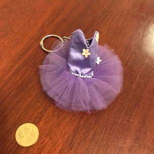 Nickelring . Med en ballerina . Från dansmuseet.