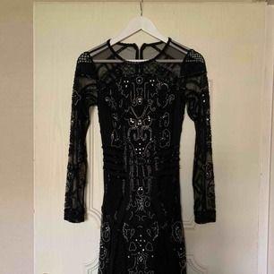 Helt oanvänd klänning köp för 1499 men blev inte som jag tänkt mig. Storlek är Xs Small. frakt ingår.
