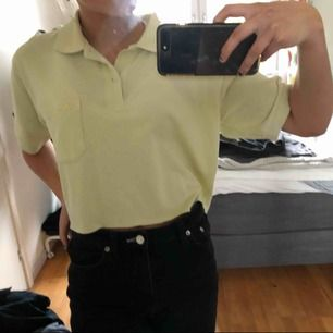 Croppad kappa skjorta ifrån second hand, mer specifikt Human second hand. Använts hyfsat många gånger men är fortfarande i super skick, inga hål eller fläckar. Priset kan diskuteras och köparen står för frakten:)