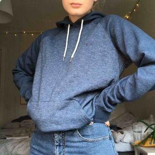 Hoodie från QuickSilver i nyskick. Blå med mörkare ärmar!! Superskön och gosig🥰🥰🥰köpare står för frakt<3