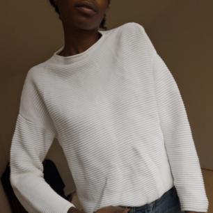 Vit (krit vit verkligen) tröja från H&M Basic. Aldrig använd! Fin casual tröja med höghals som passar både till jeans och kostymbyxor, också fint till träningsbyxor - tighta och lösare 90tals modell.