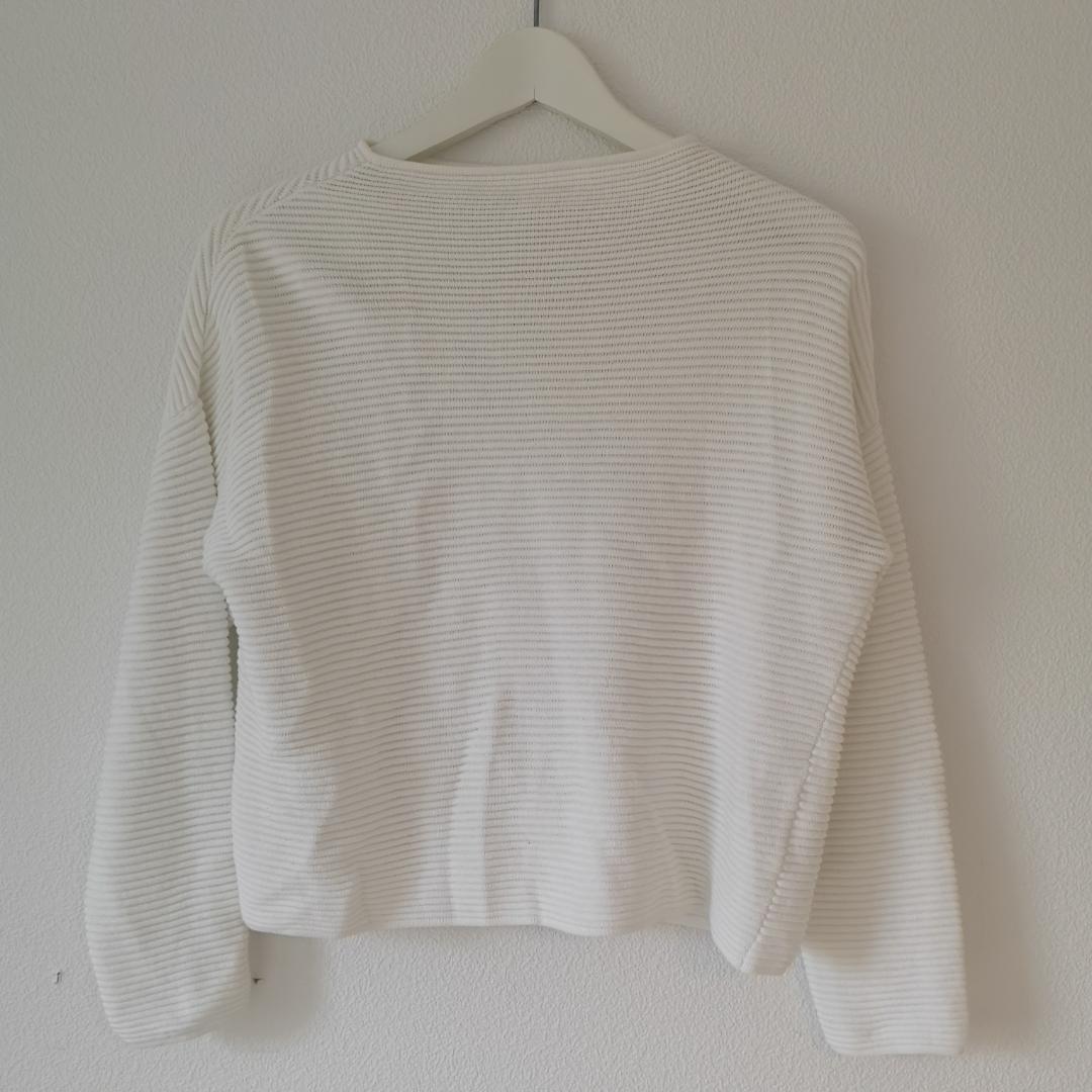 Vit (krit vit verkligen) tröja från H&M Basic. Aldrig använd! Fin casual tröja med höghals som passar både till jeans och kostymbyxor, också fint till träningsbyxor - tighta och lösare 90tals modell. . Tröjor & Koftor.