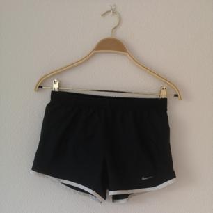 Svarta tränings shorts från Nike.