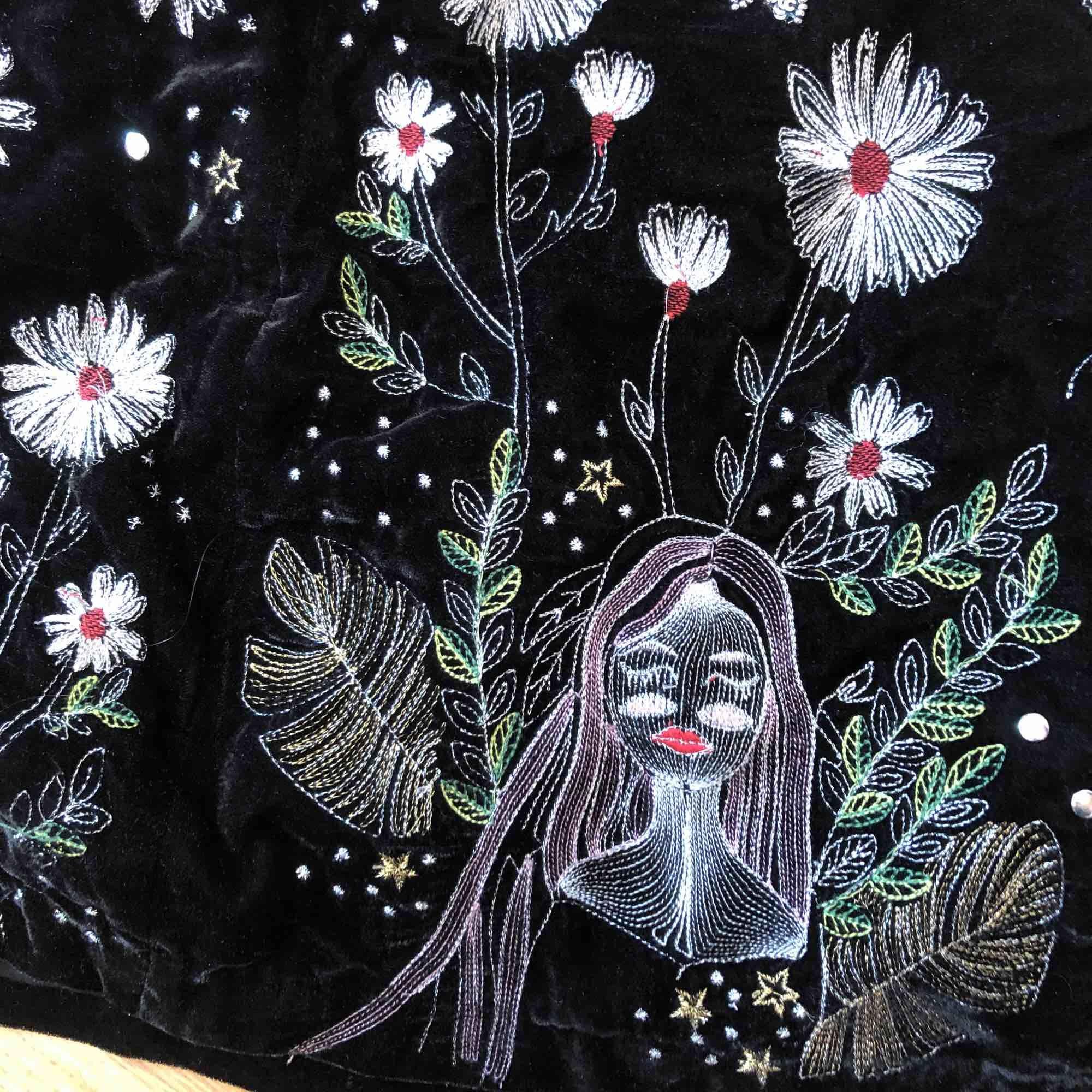 Finaste kjolen någonsin, säljer pga brist på rum i garderoben. Jätte fint mönster och passar perfekt med svarta leggings/tights 💜 Kolla gärna in mina andra annonser :). Kjolar.