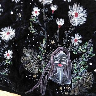 Finaste kjolen någonsin, säljer pga brist på rum i garderoben. Jätte fint mönster och passar perfekt med svarta leggings/tights 💜 Kolla gärna in mina andra annonser :)