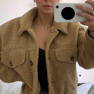 Supersöt teddy jacka från Zara i storlek S. Modellen är lite oversized så passar M också! Köpt för 800kr i butik.