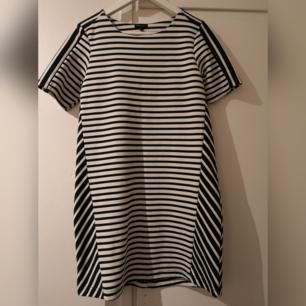 Randig klänning i lite tjockare material. Köparen står för frakt.