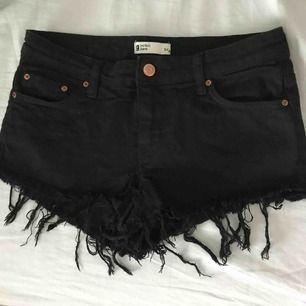 svarta jeansshorts från ginatricot som är slitna nertill som ni ser på bilderna! 🖤 är tyvärr för små för mig. inte använt på länge. frakt tillkommer!