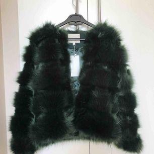 Grön pälsjacka från Chiquelle, strl M. Helt oanvänd, prislapp finns kvar. Köpare står för frakt 59kr🌸