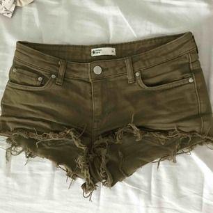 jeans shorts åt det militärgröna hållet som är slitna nertill. från ginatricot💚 är för små för mig nu men har använts ganska mycket. frakt tillkommer!