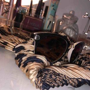 Ett par solbrillor från hm/gina/? Helt enkelt!  Köparen står för fraaakt