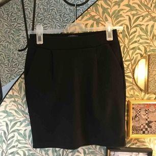 Svart kjol från ichi, storlek S, använd endast en gång, så nyskick!  40kr,  fraktkostnaden tillkommer