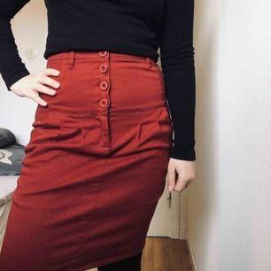Vinröd höstlig kjol, aldrig använd elr tvättad nyskick. Köparen står för frakt.