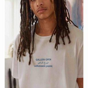 Oversized tröja från urbanoutfitters, köpt för 550kr ungefär. Riktigt snygg med coolt tryck på ryggen men kommer tyvärr inte till användning. Kill avdelning men unisex. Skriv för bild på!