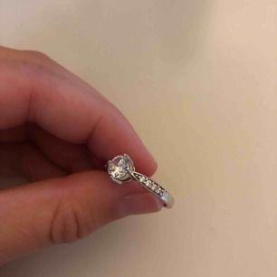 Äkta silverring (925) med Cubic Zirconia-stenar. Det är en lite tyngre ring med exklusiv känsla! Finns stämpel i ringen som tyder på äkta silver. Knappt använd! Vet ej exakta storleken på ringen, men passar mig som normalt är en strl 18. Frakt ingår.