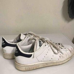 Säljer mina adidas stan smith skor med blå häl. Inte använda på säkert 2 år men dom är inte i det bästa skicket som syns på sista bilden! 😬Frakten ingår i priset☺️💕