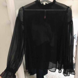 Jättesnygg svart blus som är genomskinlig, använd 1 gång så den är så gott som ny