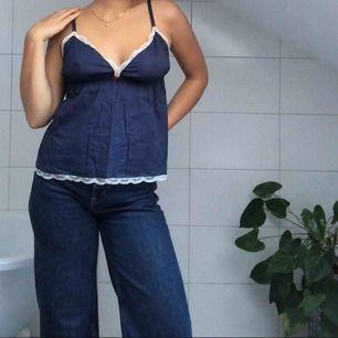 Ett helt oanvänt klassiskt Odd Molly linne i färgen mörkblå. Passar fint till sommaren eller kanske som ett fint nattlinne?